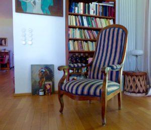 charmantes Haus, sitzen auf Sesseln